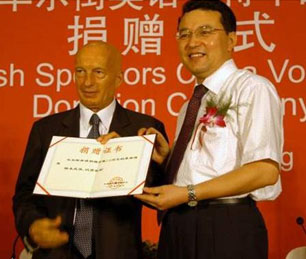 Pecce with Erkenjiang Tulahong, General Secretary of the CYL Central Committee<br />&bull; Sponsors Award Ceremony, 2005.