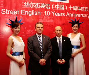 Pecce con David Kedwards, CEO de Wall Street Institute International y Wall Street English China<br>• Celebración del 10º Aniversario de Wall Street English China, Beijing, 2010.