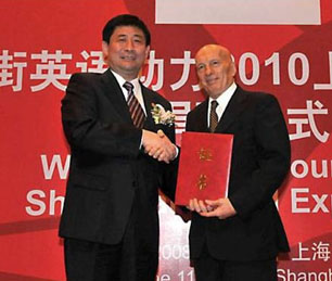 Pecce with Hong Hao, Director of Shanghai World Expo Coordination Board<br />&bull; Shanghai World Expo Contributors Awards Gala, 2005.
