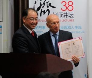 Pecce con el Dr. Jiang Bo, Vicepresidente de la Universidad de Tongji • Ceremonia de nombramiento de Pecce como Profesor a Invitado de la Universidad de Tongji, 2014