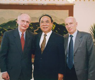 Pecce with Li Qiyan, Chinese Vice Minister of Labor and Richard Riley, former US Secretary of State of Education during two terms under Clinton&rsquo;s Administration<br />&bull; Wall Street English Beijing, 2002.