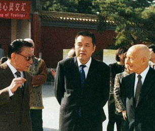 Pecce with Zhang Mao, Deputy Mayor of Beijing Municipality and<br>Chen Lin, Professor from Beijing Foreign Studies University<br>&bull; Beijing Citizens Speaking English Park Party, 2004.