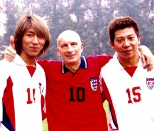 Pecce with Chen Yufan and Hu Haiquan,  from Yu Quan rock duet, during the 2002 Wall Street English Cup Football Match.